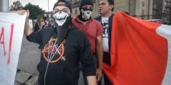 """(México - CDMX 25-JUN-2016) Una decena de Neonazis Mexicanos """"Brutales""""se manifestaron en contra de quienes asistieron a la XXXVIII Marcha del Orgullo LGBTTTI en la Ciudad de México"""